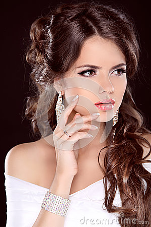 Free Beauty Bride. Beautiful Brunette Woman. Hairstyle. Makeup. Manic Royalty Free Stock Photo - 33606165