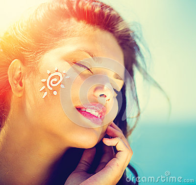 Free Beauty Girl Applying Sun Tan Cream Stock Image - 39791961