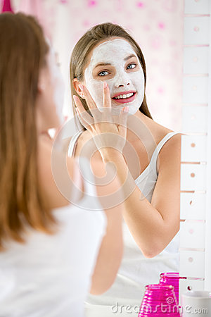Free Beauty Girl Getting Facial Mask Royalty Free Stock Image - 47975716
