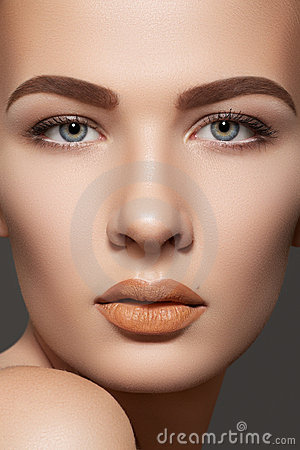 Beauty model with natural eyebrows & lips make-up
