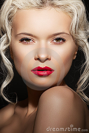 Beauty woman model with fashion make-up, hairstyle