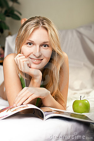 Beautyful woman with green apple