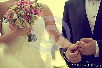 Beaux jeunes mariés tenant des mains