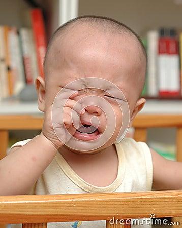 Bebé asiático gritador