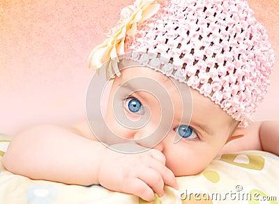 Bebé com chapéu da flor