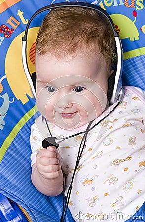 Bebé con los auriculares