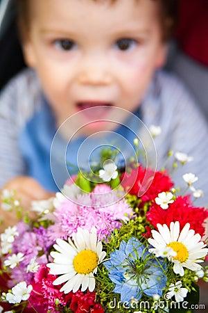 Bebé divertido con las flores