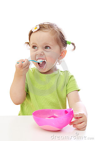 Bebé que come el yogur