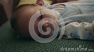 Bebé recién nacido, niño en la cama metrajes