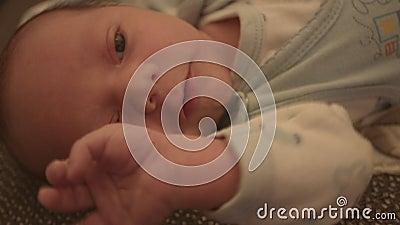 Bebé recién nacido, niño en la cama almacen de video