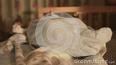 Bebé recién nacido, niño en la cama almacen de metraje de vídeo