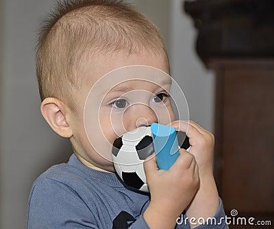 Bebê com uma esfera