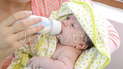 Bebê feliz de alimentação Bebê recém-nascido video estoque
