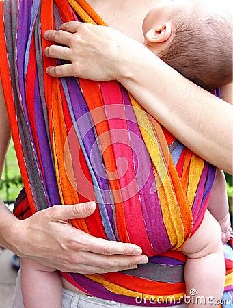 Bebê no pano da barriga