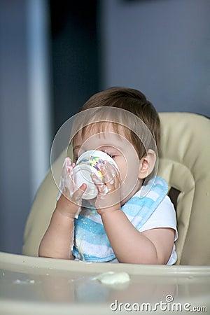 Bebê que come o yogurt