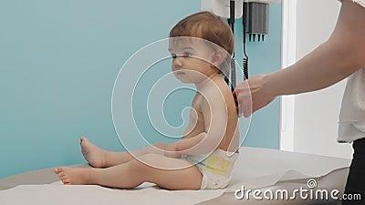 Bebê que espera para obter seus tiros da vacinação video estoque