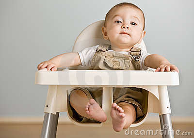 Bebê que senta-se no highchair