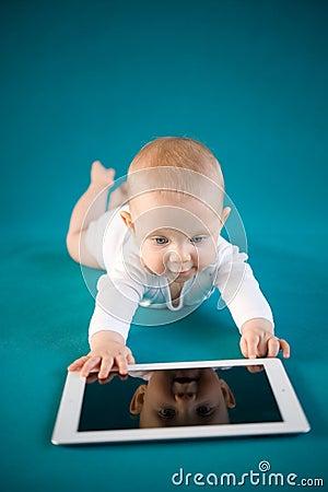 Bebê que usa a tabuleta digital