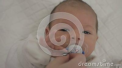 Bebê recém-nascido da higiene video estoque