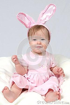 Bebé com orelhas de coelho