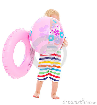 Bebé con el anillo inflable que oculta detrás de bola