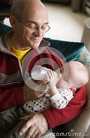 Bebê de alimentação do Grandpa