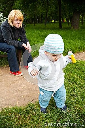 Bebê de observação no parque