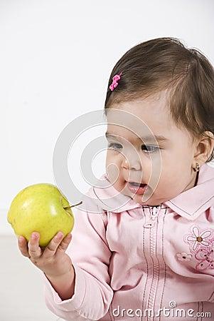 Bebê espantado de uma maçã verde