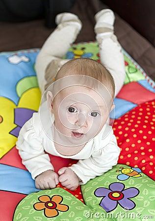 Bebé no cobertor do jogo