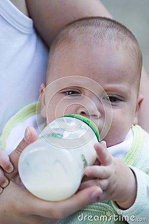 Bebê que bebe do frasco