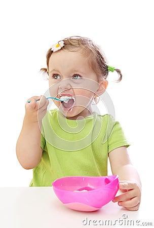 Bebé que come o iogurte
