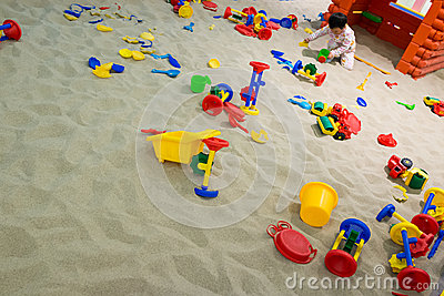 Bebé que juega en la arena