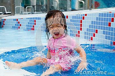 Bebé que salpica en la piscina