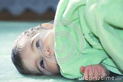 Bebé sereno en suelo verde
