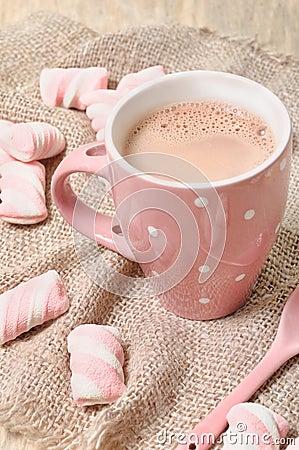 Bebida caliente del cacao con las melcochas