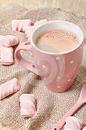 Bebida quente do cacau com marshmallows