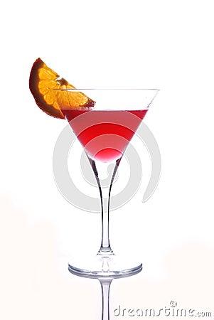 Bebida roja en el vidrio de martini