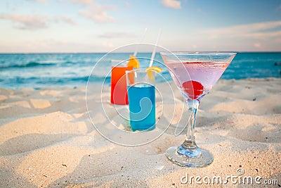 Bebidas tropicales en la playa del Caribe