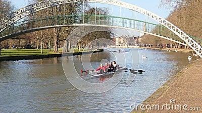 Bedford-Flussbrückenboote Sculling vier stock video