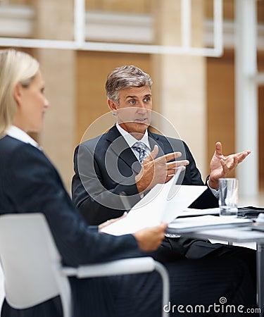 Bedrijfs mens die aan zijn collega s spreekt