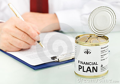 Bedrijfs mens die financieel plan maakt