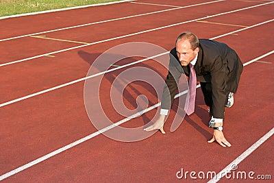 Bedrijfs mens op een renbaan klaar te lopen