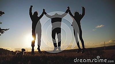 Bedrijfsconcept voor teamwork gelukkig gezin een silhouette houdt handen en levensstijl in handen voor vreugde en geluk concept stock footage