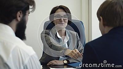 Bedrijfsmensen in bureau die gezamenlijke wederzijds voordelige samenwerking plannen en het contract ondertekenen Close-up stock footage