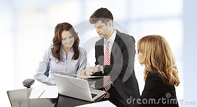 Bedrijfsmensen die in groep werken