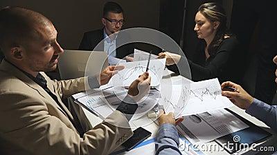 Bedrijfsmensen die strategie voor collectief project begin werkdag plannen Het commerciële team controleert financiële grafieken stock footage