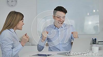 Bedrijfsmensen die Succes vieren terwijl het Werken aan Laptop stock video