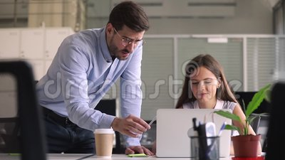 Bedrijfwerkgever die aan nieuwe werknemer collectief online programma verklaren stock videobeelden