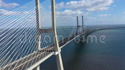 Beeindruckende Architektur der Vasco da Gama Bridge in Lissabon stock video footage