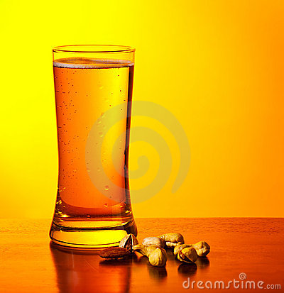 Free Beer And Nuts Royalty Free Stock Photography - 21512117
